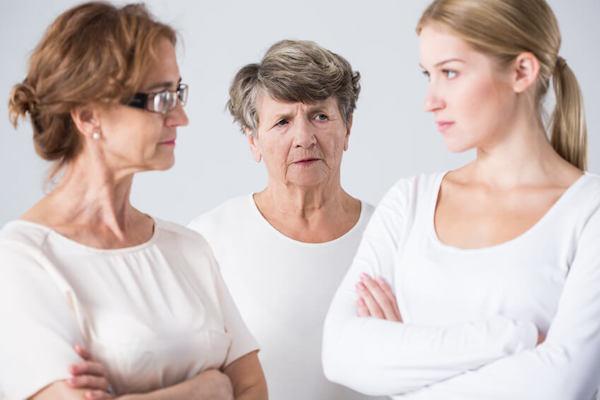Das Foto zeigt einen Konflikt zwischen den Generationen, - Mutter, Tochter und Großmutter. Konflikte mit Eltern und Schwiegereltern können in der Beratung gelöst werden.