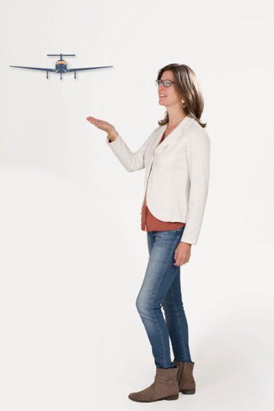 Daniela Elsinger zeigt ein Flugzeug als Symbol für eigene Stärke, Zufriedenheit und Zielorientierung