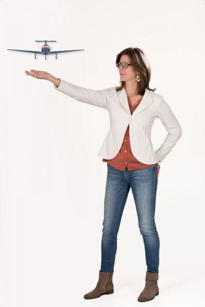 Daniela Elsinger zeigt ein Flugzeug als Symbol für die Bewältigung der Beziehungsprobleme und Stress