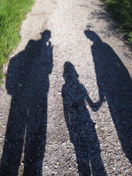 Das Foto zeigt eine Familie als Schattenfoto. Mit Kindern bleibt oft zu wenig Zeit für den Partner und es können Probleme entstehen.