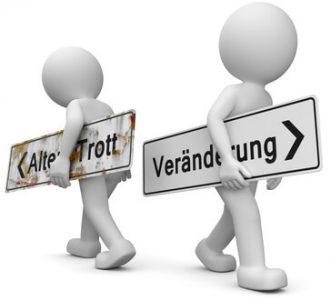 """Das Bild zeigt 2 Männchen. Eines trägt ein Schild """"Alter Trott"""", das andere trägt ein Schild mit """"Veränderung"""". Die Schilder zeigen in unterschiedliche Richtungen. Es symbolisiert, dass die Kosten für eine Beratung es wert sind."""