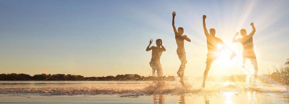 Das Foto zeigt glückliche Menschen. Zufriedenheit durch Bewältigung von Beziehungsproblemen und Stress.